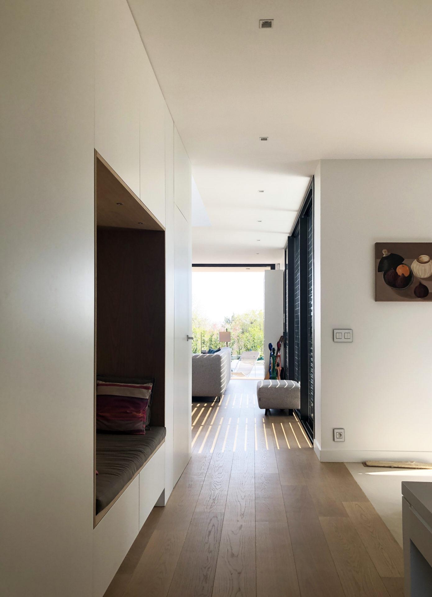 asb-architecture-maison-contemporaine-toiture-terrasse-mobilier intégré niche