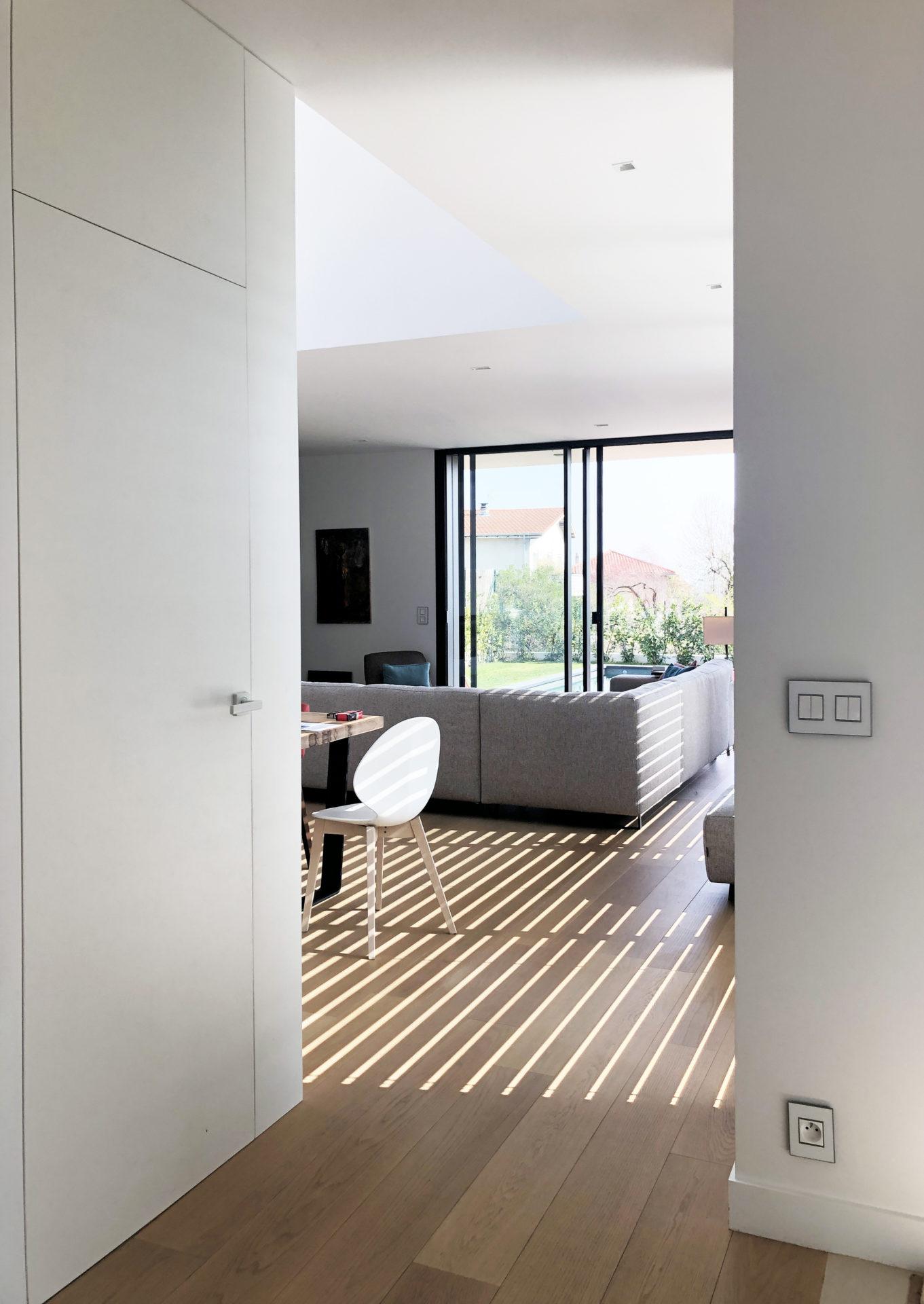 asb-architecture-maison-contemporaine-toiture-terrasse-stores BSO