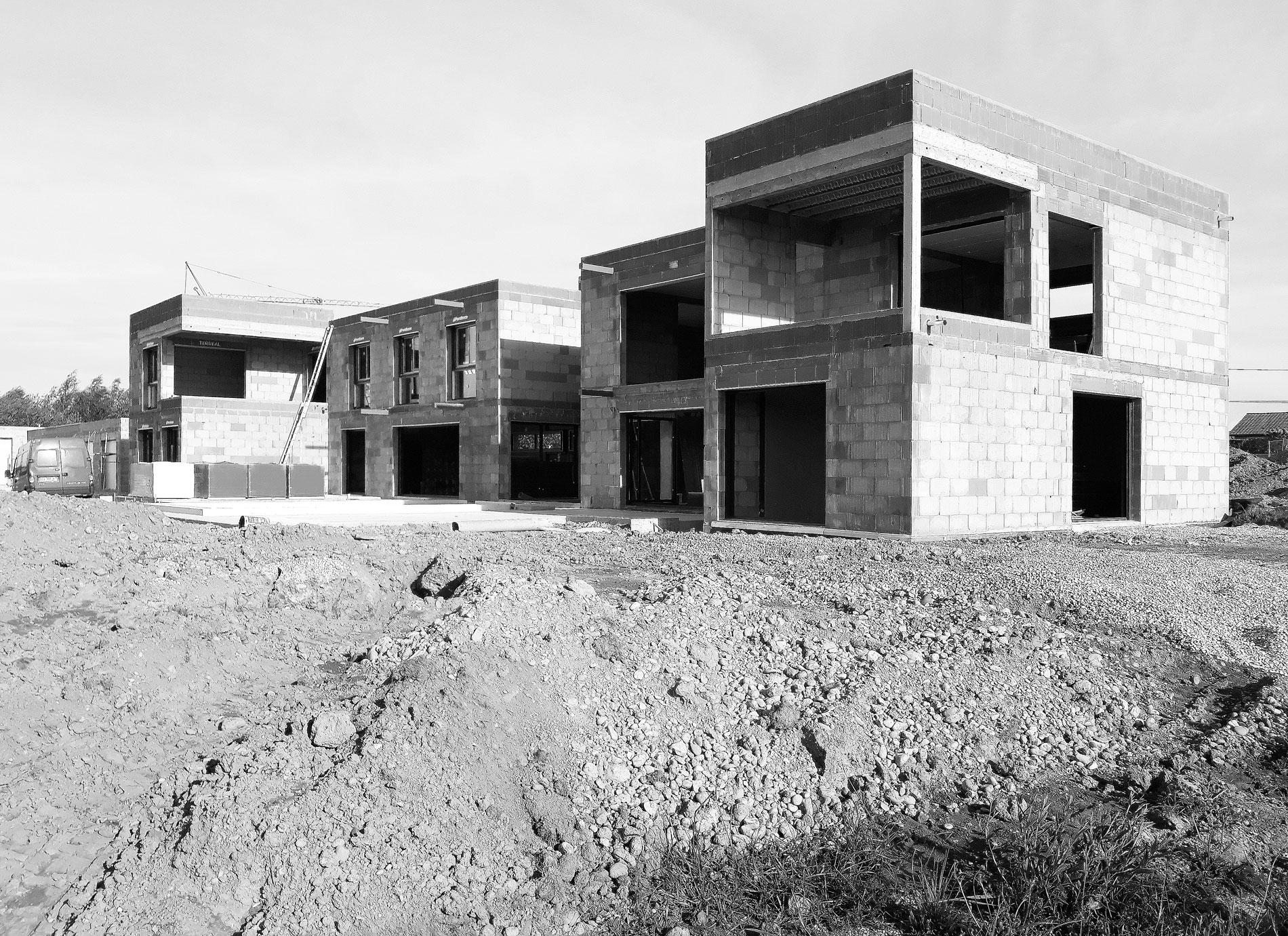 maison-contemporaine-toiture-terrasse-bois-metal-brique-piscine-spa-chantier-1