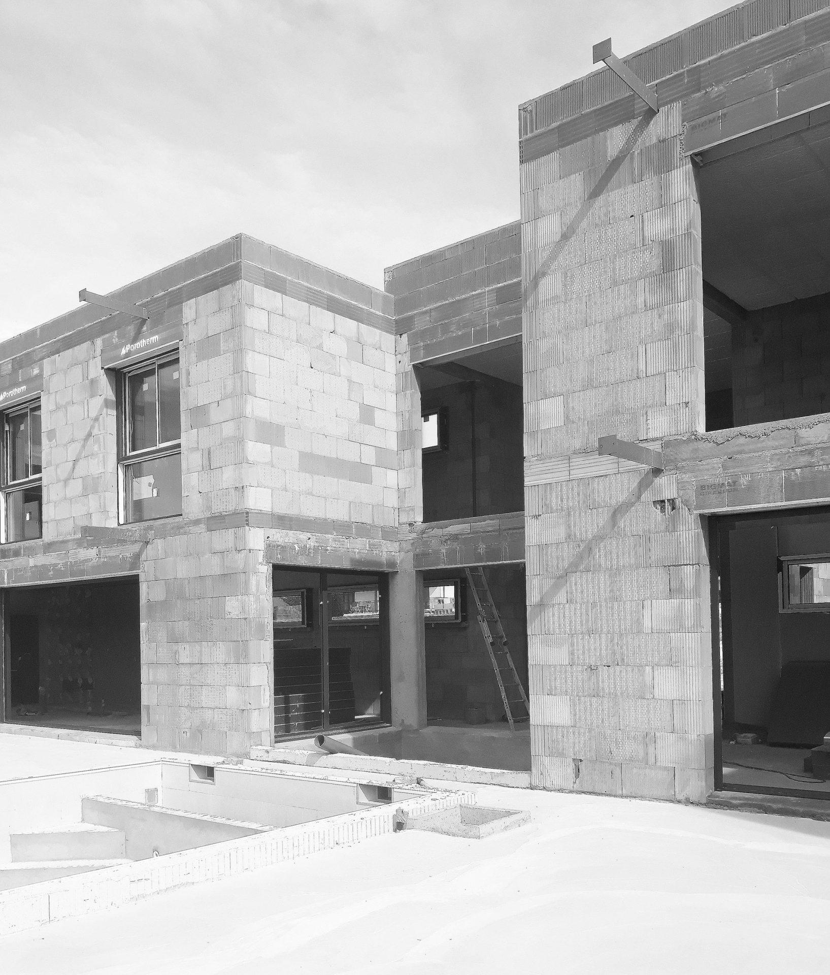 maison-contemporaine-toiture-terrasse-bois-metal-brique-piscine-spa-chantier-2